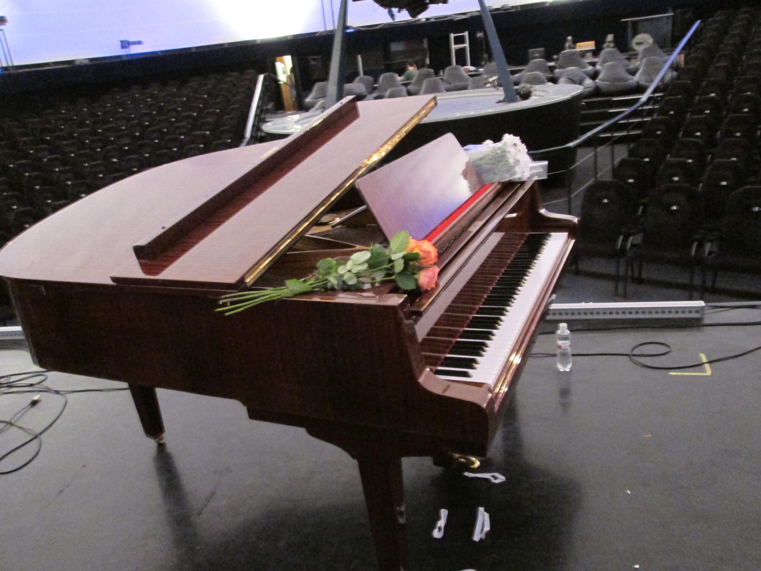 аренда коричневого рояля Киев,прокат коричневого рояля в Киеве,