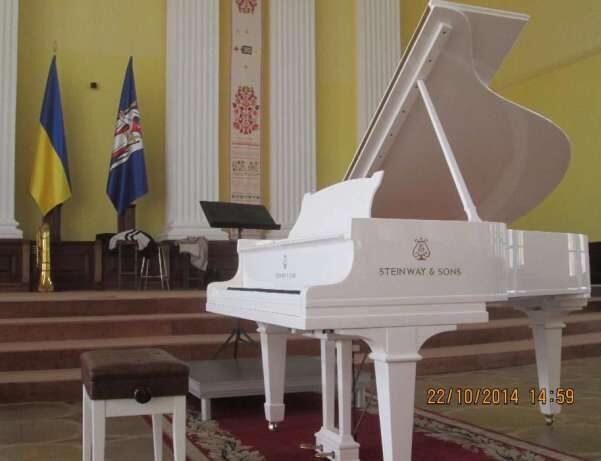 Аренда белого рояля в Киеве.